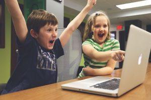 enfants qui expriment leurs émotions et sont heureux heureux. qu'est ce qui cloche avec moi?